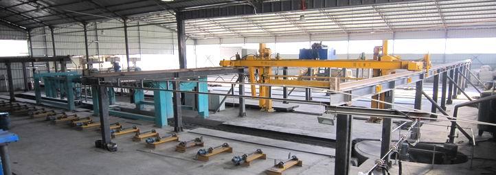 年产25万立方加气混凝土生产线该采用空中翻转切割工艺,分布式切割机组,切割过程(翻转,纵切,模切)分别在不同工作完成,而且切割,行走控制在同一装 置,因此工作得到简化,操作保养方便。 年产25万立方加气混凝土块生产线厂房设计效果图:-》》加气混凝土生产线工艺流程视频>> 加气混凝土生产线的选型和数量根据工艺设计方案而确定,由于加气混凝土生产工艺不同,形成体现工艺特点的不同装备技术。这些技术特点,都体现在切割机 组上。它涉及到浇注形式、模具、小车构造、坯体的运送、脱模、切割、码架、进釜的方式等设